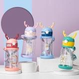 600ML卡通鹿角可爱儿童塑料杯便携背带弹盖吸管水杯